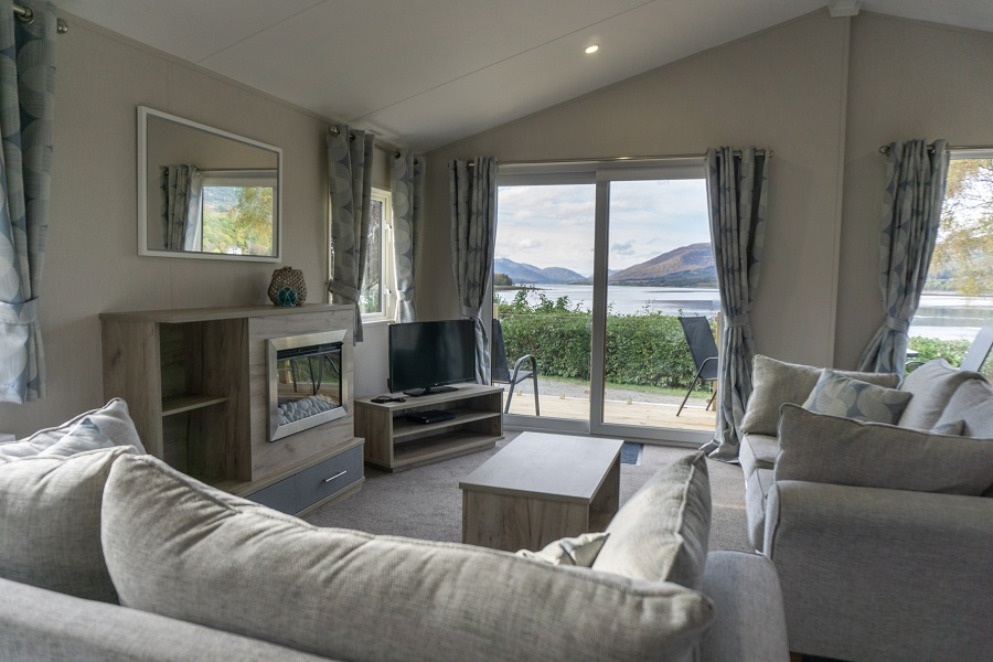 Luxury Highland Lochside Lodge with Hot Tub